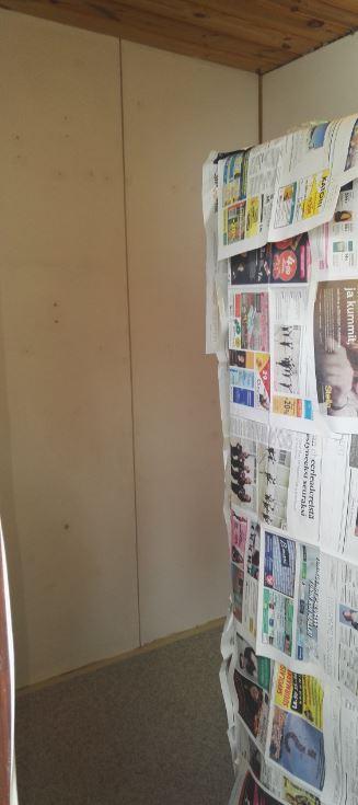 Varasto seinien pesun ja tasoituksen jälkeen. Reunassa näkyy pakastin.