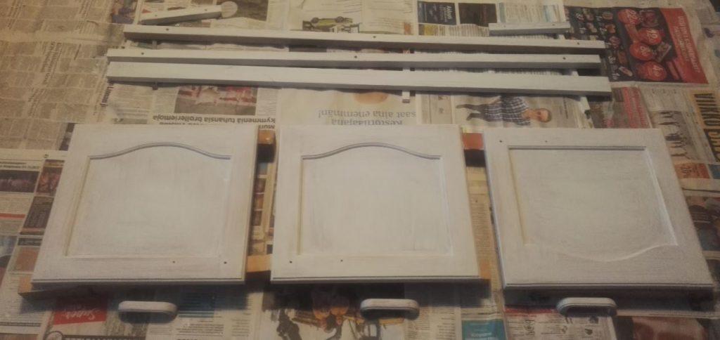 Yläkaappien ovet ja muita osia Otex-maalauksen jälkeen